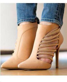 Zapatillas con cadenas color nude.