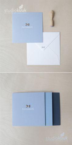 Houtenwonder_oud blauw geboortekaartje met houten strikje_geboortekaartje voor jongen_rustig en stijlvol_oud blauw_licht petrol blauw_deftig blauw_donker blauw geboortekaartje # www.studiokuuk.nl