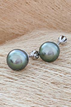 Jedinečné vo svojej kategórii, najvzácnejšie spomedzi kultivovaných perál. Tahitské perly, ktorých kovový, neprekonateľný lesk sme tentokrát skombinovali s bielym zlatom a dali mu vyniknúť v klasickom dizajne náušníc s názvom Mahana. Nie náhodou sa tento šperk usídlil medzi Top trendmi nášho výberu pre tento rok. Dali, Pearl Earrings, Jewelry, Pearl Studs, Jewlery, Jewerly, Schmuck, Jewels, Jewelery