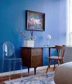 chambre-couleur-peinture-bleu-en-contraste-bureau-acajou