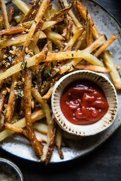 Easy, Crispy Oven Fries with Rosemary and Garlic ~ adding fresh rosemary and garlic at the end (rather than cooking them at the beginning) was the best way to infuse the fries with the most rosemary-garlic flavor. Crispy Oven Fries, Fries In The Oven, Healthy Recipes, Cooking Recipes, Veggie Recipes, Chips, Potato Recipes, Potato Dishes, Savoury Recipes
