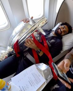 Mohamed Salah relaxes in his plane seat clutching the Champions League trophy on the fligh. Liverpool Vs Manchester United, Liverpool Captain, Fc Liverpool, Liverpool Football Club, Uefa Champions League, Mohamed Salah Liverpool, Uefa Super Cup, Mo Salah, Club World Cup