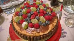 Torta chiffon, farcitura (tre strati) con mascarpone, copertura con nutella e biscotti al cioccolato, decorazioni con frutta cristalizzata con zucchero
