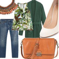 Jeans boyfriend, scarpa con tacco bianca, top con stampa floreale, cardigan con cintura verde smeraldo, collana con perline e cordini colorati, borsa a tracolla con chiusura a vista in metallo.