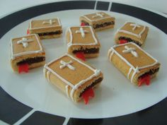 Edible Bible snacks made from fig newtons, fruit rolls ups, and decorated with icing. Fun and easy! (from Catholic Icing) catholicicing