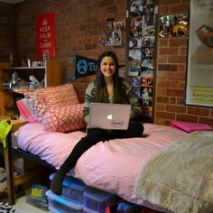 We love this dorm room! Get Preppy College Dorm Room Ideas like this on Uscoop.com!