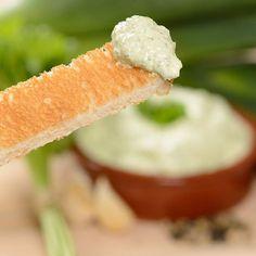 heksenkaas recept Ingrediënten voor 250g imitatie HEKSENKAAS®: 150g kruidenkaas (1 bakje) 60g light mayonaise 30g rauwe prei (lichtgroene deel) 10g verse peterselie 1 snufje zout 1 snufje versgemalen zwarte peper enkele druppels citroensap Pureer de prei en peterselie samen met de mayonaise, zout, peper en citroensap met een staafmixer. Meng vervolgens de kruidenkaas erdoor. Klaar!