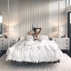 40 Amazing Floating Bed Design and Decorating Ideas For Sleeping Like In The Sky - Schlafzimmer Dream Rooms, Dream Bedroom, Home Bedroom, All White Bedroom, Warm Bedroom, Fancy Bedroom, Master Bedroom, Bedroom Small, Girls Bedroom
