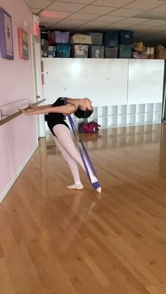 Ballerina flexibility training with Zenamarkt - hip hop style - Ballerina Workout, Dancer Workout, Flexibility Dance, Stretches For Flexibility, Flexibility Training, Dance Tips, Dance Poses, Dance Videos, Acro Dance