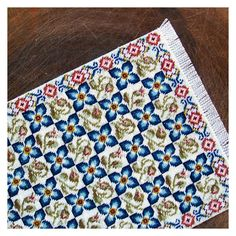 Kijk wat ik gevonden heb op Freubelweb.nl: een gratis borduurpatroon van Open House Miniatures om een kleedje te borduren https://www.freubelweb.nl/freubel-zelf/gratis-borduurpatroon-kleedje/