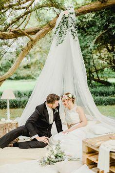 bohemian teepee for an outdoor wedding http://weddingwonderland.it/2016/06/matrimonio-da-sogno-in-giardino.html
