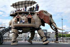 Incredible. Have to go there. Em Nantes, na França, esse elefante mecânico, uma homenagem a Julio Verne, nascido ali, faz um passeio de 45 minutos levando passageiros pelas margens do rio Loire.  É apenas uma das Máquinas da Ilha de Nantes. http://www.lesmachines-nantes.fr/english/galerie.html