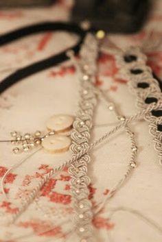 Flätad tenntråd med silverpärlor