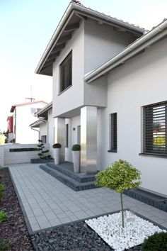 de estilo por modern line, moderno Fotos de terrazas de estilo de modern line House Entrance, House Front, Diy Patio, Modern, Modern Landscaping, Modern Garden, Front Yard Design, Modern Garden Design, Balcony Design