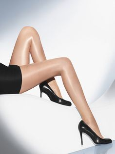 Meia calça anti celulite e anti imperfeições usada por Beyoncé | Waldorf Neon 40 - Glossy, semi-transparent tights. A camouflaging effect for the legs, making the skin look smooth and flawless.Comfortable, soft sewn-on waistband with the Wolford logoBarely visible shadow toe reinforcementCotton gusset