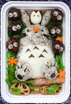 El obento o Bentō (en japonés, 弁当 o べんとう)  es lo que vendría a ser el tupper japonés.    Normalmente suele ser comida fría preparada par...
