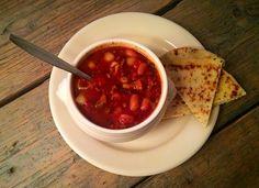 Chili Maaltijdsoep   Ingredienten: - 1pakje (Honig) tomatensoep - 250 Gr rundergehakt  - 1 groot blikje tomatenpuree - 1 klein potje bruine bonen / en of linzen  - ½  bakje champignons - 1 rode paprika - 250 gram prei -  ½  flesje (calve) chilisaus - 1 groentebouillonblokje - 1 grote ui - 1 ½  liter water - 100 Gr Zuppa ( soeppasta )   Bereiding: Zet het water op met het pakje tomatensoep. Doe het groentebouillonblokje erbij.  Rul het gehakt , Bak dan de champignons, de ui, de prei mee…