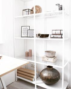 De VITTSJÖ stellingkast bij @dutchhomedeco | #IKEABijMijThuis IKEA IKEAnederland wooninspiratie inspiratie stelling kast industrieel robuust wit