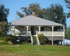 A Queenslander is a house style and a person. Australian Source by joskosmos Queenslander House, Weatherboard House, Australia House, Facade House, House Facades, Australian Architecture, Moving House, Classic House, Old Houses