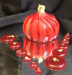 Una torta antica che nelle mani del Maestro Santin prende la forma di onde sinuose in un dolce che incanta la vista, inebria l'olfatto e manda in estasi il gusto.