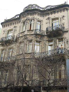 Вариант оформления гладко-каменного фасада бежевого цвета в модерна стиле с лепниной