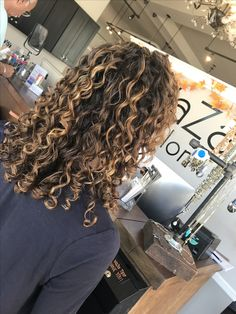 Curly Balayage Hair, Highlights Curly Hair, Dyed Curly Hair, Colored Curly Hair, Black Curly Hair, Curly Weave Hairstyles, Curly Hair Styles, Black Hairstyles, 1950s Hairstyles