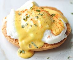 The easy recipe for eggs benedict with a delicious hollandaise sauce! Egg Recipes, Brunch Recipes, Mexican Food Recipes, Breakfast Recipes, Cooking Recipes, Breakfast Ideas, Eggs Benedict Recipe, Egg Benedict, Hollandaise Sauce