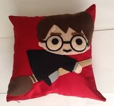 Cushion decorated with Harry Potter image on broom, DIY and Crafts, Cushion decorated with Harry Potter image on broom. Colchas Harry Potter, Natal Do Harry Potter, Harry Potter Pillow, Harry Potter Dolls, Harry Potter Images, Diy Pillows, Cushions, Harry Potter Christmas Decorations, Anniversaire Harry Potter