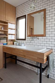 洗面化粧台はバスルームともつながっている場所でもあり、たとえきれいに使っていてもすすんで人に見せることはしたくない場所でもありますね。ただし、仲の良い友人が訪…