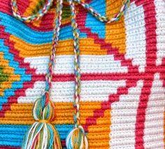 As Receitas de Crochê: Bolsas Wayuu em crochê - DIY Friendship Bracelets, Crochet Necklace, Knitting, Diy, Background Colour, Crochet Tote, Crochet Pouch, Crafts, Wallets
