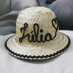 Veja uma seleção de ideias de customização de chapéu de palha. Chapéu customizado para menina com nome Júlia Diy Hat, Custom Hats, Panama Hat, Decoupage, Beach Bags, Sisal, Cool Stuff, Beach Quilt, Sun Visor Hat