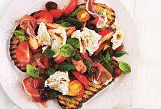 Rajčatový salát s prosciuttem a mozzarellou na topinkách - Recepty.cz - On-line kuchařka Kefir, Prosciutto, Mozzarella, Cobb Salad, Pesto, Steak, Food, Essen, Steaks