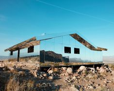 Palm Springs is the living museum of mid-century modern architecture, where homes and buildings are Spring Architecture, Residential Architecture, Contemporary Architecture, Interior Architecture, Mirror House, Modern House Design, Palm Springs, Foto E Video, Mid-century Modern