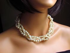 Love this twisted pearl necklace.