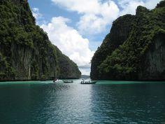 La maravillosa laguna Pileh es una de las islas de Phi Phi que te quitará el aliento! Visita majatoursthailand.com para más información! #majatours #tailandia #phiphi #tailandiaenespañol #vacaciones #lagunapileh #aventura #paseoenbarco