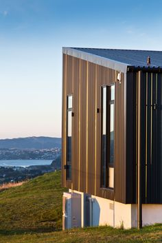 With COLORSTEEL® prepainted steel roofing and cladding in Ebony. Architecture by Hugh Tennent, photography by Paul McCredie. Metal Siding, Steel Roofing, Metal Roof, New Zealand Houses, Shed Homes, Industrial House, House Roof, Residential Architecture, Cladding