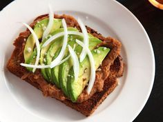 Toast With Refried Beans and Avocado (Vegan) - Breakfast, Lunch or Dinner! Vegan Foods, Vegan Dishes, Vegan Vegetarian, Vegetarian Recipes, Cooking Recipes, Quick Recipes, Healthy Recipes, Sunday Recipes, Fall Recipes