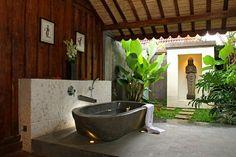 Badezimmer gestalten - freistehende Badewanne aus Naturstein