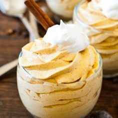 No-Bake Mini Pumpkin Cheesecakes. This is a quick and super-easy recipe to make, and the creamy, spicy filling will satisfy any pumpkin cravings you might Dessert Dessert Pumpkin Dessert, Pumpkin Cheesecake, Cheesecake Cups, Cheesecake Pudding, Classic Cheesecake, Raspberry Cheesecake, Yummy Treats, Sweet Treats, Yummy Food