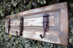 perchero vintage de madera decapada con pasadores reciclados