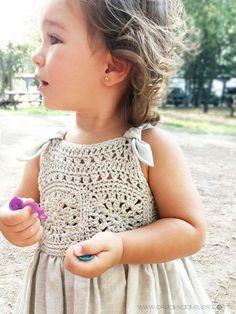 Vestido Granny Squares de Bebé combinado con Tela [ Tutorial y Patrón ]White solar gown for woman ~ crochet yoke and cloth skirt ~~ crochetknitunlimi. [ 'White sun dress for girl ~ crochet yoke and fabric skirt…' ] # # # # This Pin was discovered Crochet Toddler Dress, Baby Girl Crochet, Crochet Baby Clothes, Crochet For Kids, Crochet Dress Girl, Knitted Baby, Crochet Yoke, Crochet Fabric, Free Crochet