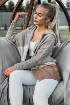 Pulovere dama cu gluga PrettyModa.ro Sweater Fashion, White Jeans, Magazine, Sweaters, Outfits, Elegant, Suits, Magazines, Sweater