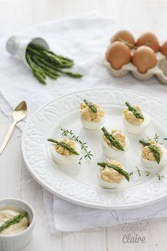 Huevos rellenos con salmón y espárragos trigueros