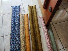 Protetor de porta em tecido duplo, barra vento e insetos rasteiros, feito com enchimento plumante acrílico, pode lavar na máquina. Feito sob medida, recebendo a medida da largura da porta e expessura, por exemplo: 83,0 / 4,0cm R$ 53,00