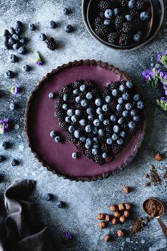 Blackberry Blueberry Tart with Dark Chocolate Hazelnut Crust — plum - Food&Drinks - Blueberry Chocolate, Dark Chocolate Almonds, Chocolate Hazelnut, White Chocolate, Köstliche Desserts, Delicious Desserts, Dessert Recipes, Kinds Of Pie, Berry Juice