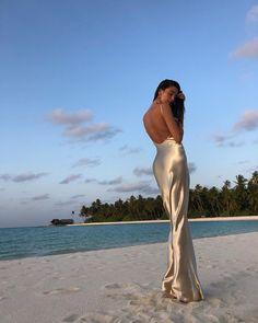 Moda Woow via . Rat And Boa, Golden Dress, Ootd, Backless Prom Dresses, Dress Picture, Elegant, New Dress, Nice Dresses, Amazing Dresses
