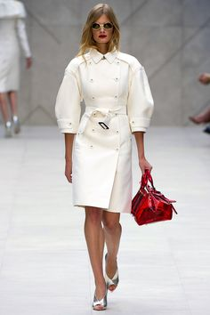 Celebrities who wear, use, or own Burberry Prorsum Spring 2013 RTW Balloon-Sleeved Trench Coat. Also discover the movies, TV shows, and events associated with Burberry Prorsum Spring 2013 RTW Balloon-Sleeved Trench Coat. White Fashion, Look Fashion, Runway Fashion, Fashion Show, Autumn Fashion, Fashion Design, Net Fashion, Fashion Beauty, Girl Fashion