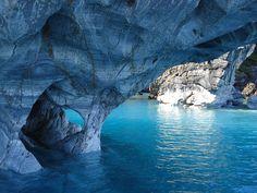 マーブル・カテドラルはチリとアルゼンチンの国境をまたぐパタゴニアのヘネラル・カレーラ湖にある世界で最も美しいと言われている洞窟の一つ。大理石でできたその洞窟は、透き通ったターコイズブルーの湖に反射して、まるで青く輝く宝石のように美しい。