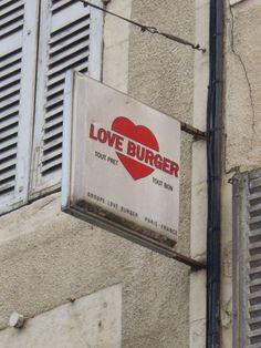 Des signes sur les murs: Amour, gloire et steak haché