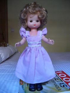 Lesly Famosa rubia cerveza ojos marrones con vestido lila morado con etiqueta zapatos y calcetines - Foto 1